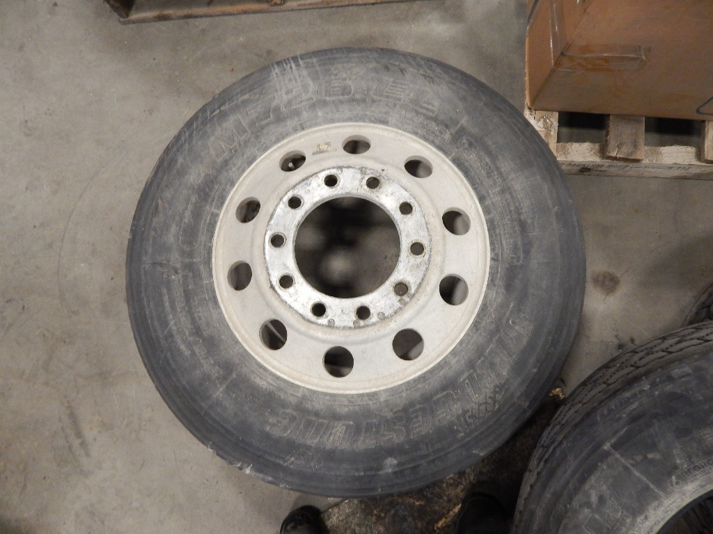 Tire and Rim for 2001 KENWORTH T2000 for sale-58701501